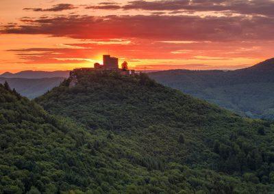 Ausblick auf die Burg Trifels bei Annweiler zum Sonnenuntergang
