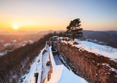 Die Burg Neuscharfeneck im Schnee