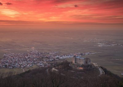 Sonnenaufgang am Hambacher Schloss mit leuchtendem Himmel