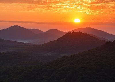 Sonnenaufgang direkt hinter der Burgruine Lindelbrunn