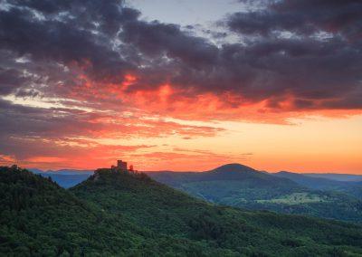 Sonnenuntergang über der Burg Trifels