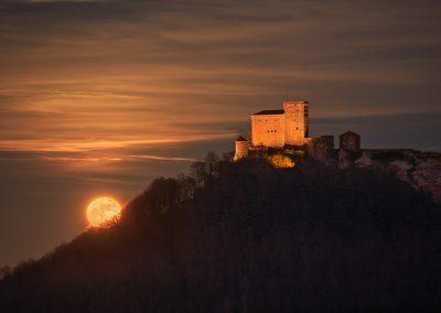 Vollmondaufgang an der Burg Trifels in Annweiler