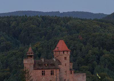 Vollmonduntergang an der Burg Berwartstein in Erlenbach bei Dahn