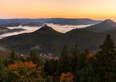 Herbstlicher Ausblick auf Trifels Anebos und Münz