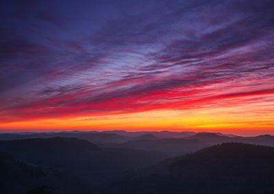 Magischer Sonnenaufgang über dem Pfälzerwald vom Luitpoldturm aus
