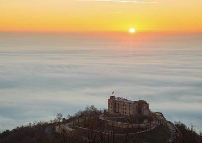 Sonnenaufgang über dem Hambacher Schloss mit der vom Nebel bedeckten Rheinebene