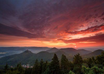 Sonnenaufgang über dem Trifelsland vom Rehbergturm
