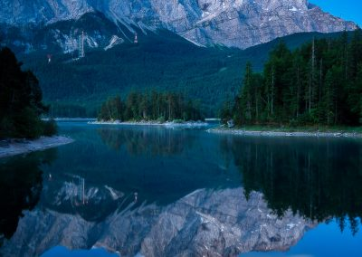 Blaue Stunde am Eibsee mit Blick auf die Zugspitze
